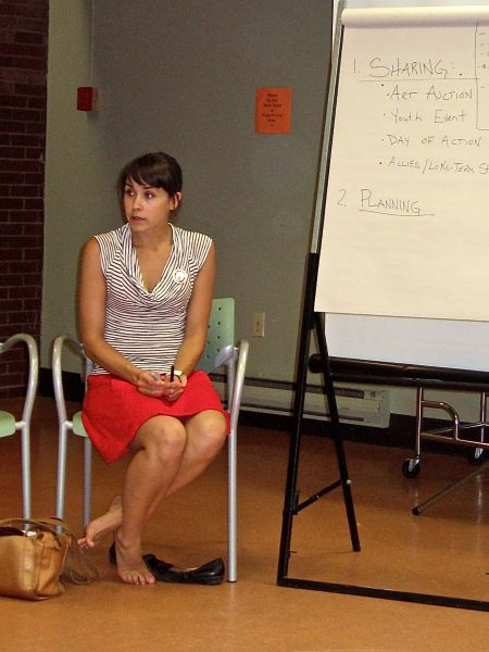 Ardath Whynacht facilitates a meeting Tuesday evening at the North Memorial Public Library (Natascia Lypny photo).