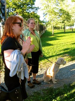 Allison Sparling (left) gears up the group for their walk through the Dartmouth Commons on Aug. 30 (Natascia Lypny photo).